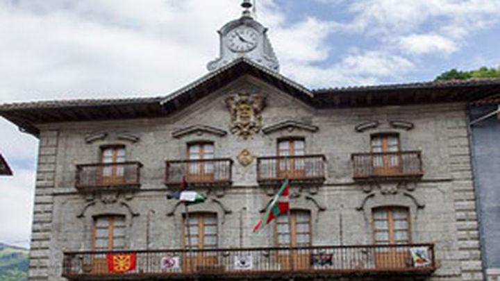 Un juez ordena quitar de las fachadas de cuatro ayuntamientos carteles de presos etarras