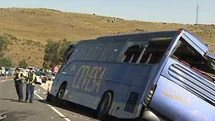 Mueren nueve personas al volcar un autobús de línea en Ávila