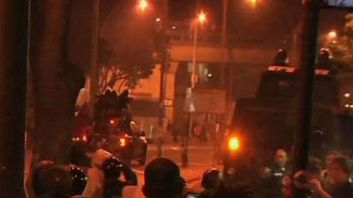 Policía y manifestantes se enfrentan cerca del palacio tras la recepción al Papa