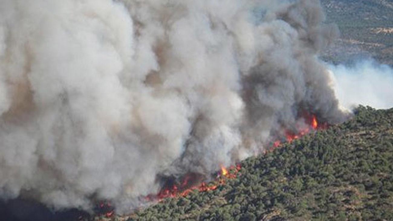 El incendio en Ávila sube a nivel 2 y obliga a desalojar un poblado hippy