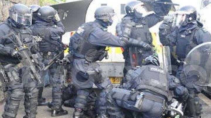 Los disturbios en Belfast dejan 56 policías heridos