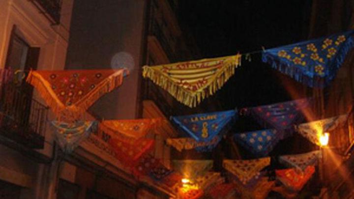 El barrio de la Latina amanece cubierto de mantones de Manila