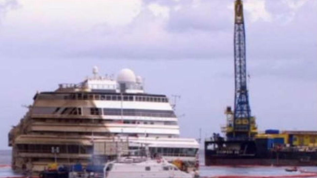 """El """"Costa Concordia"""", enderezado y listo para ser alejado de la isla"""