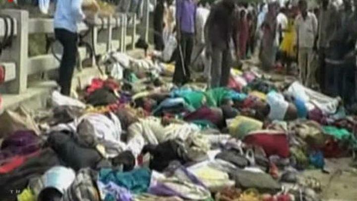 Aumentan a 110 los muertos en la estampida en un templo hindú en la India