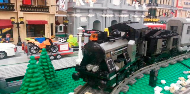 Réplicas de trenes y pasajeros construídos con piezas de Lego