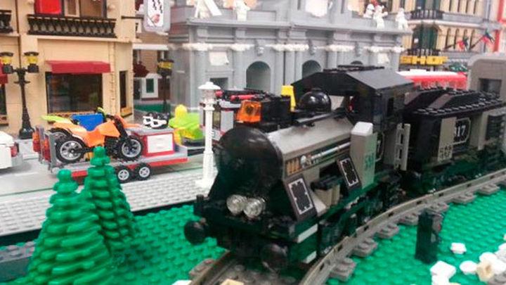 Réplicas de trenes y pasajeros construidos con piezas de LEGO