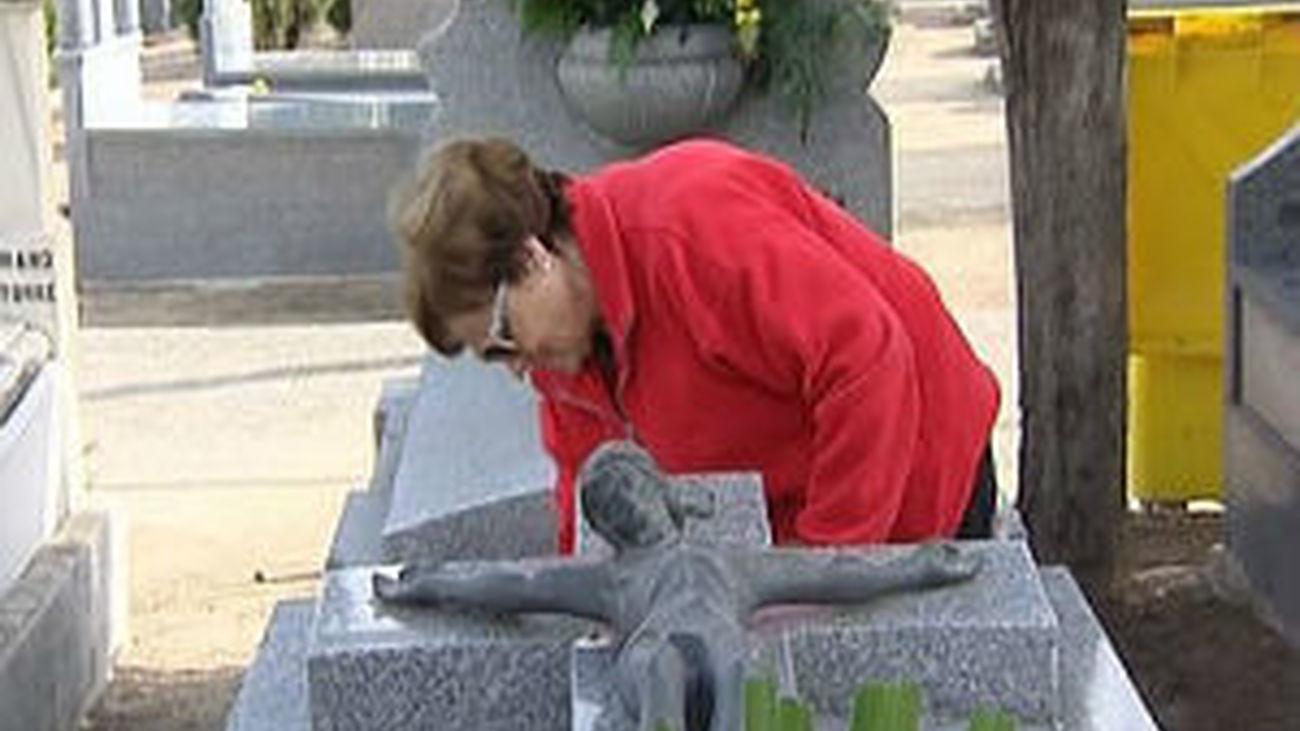 Miles de madrileños acuden a los cementerios en el Día de Difuntos