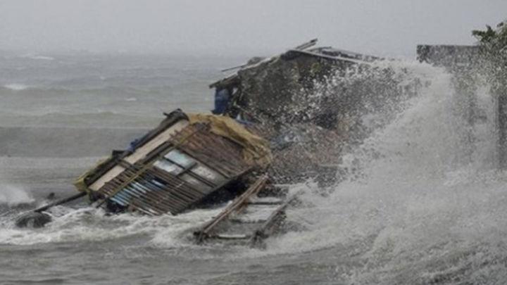 Tres muertos y miles de evacuados en Filipinas por el tifón más potente de 2013