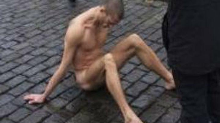Un pintor ruso clava con un martillo sus testículos en el Kremlin