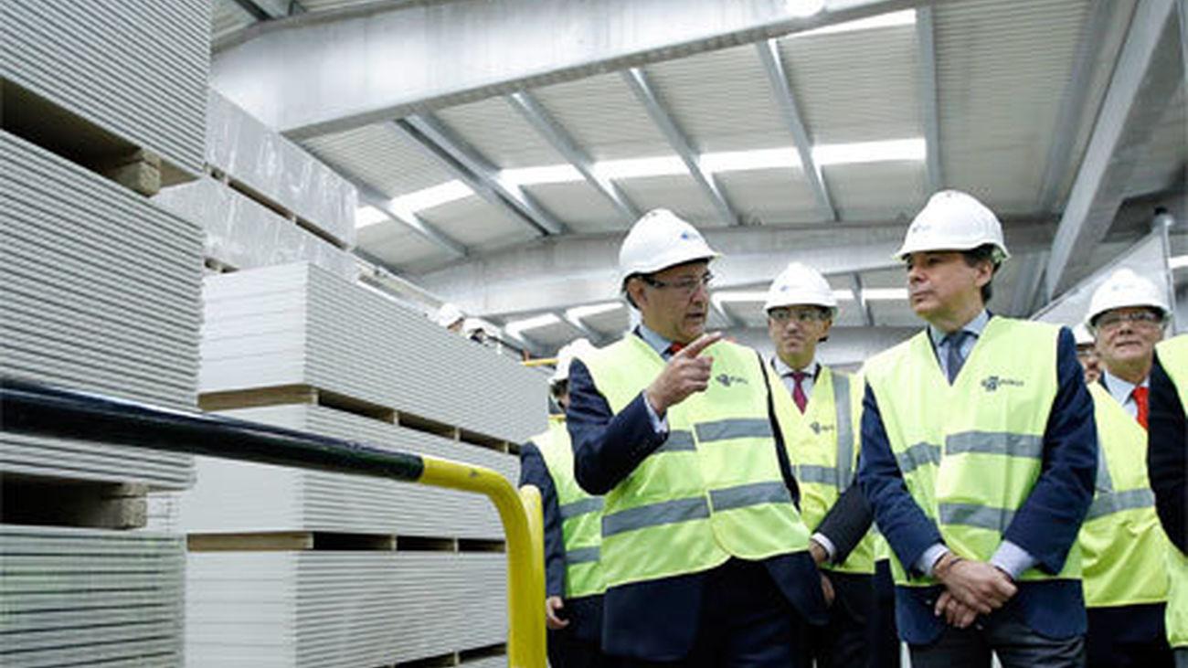 González visita la fábrica de yeso laminado den San Martín de la Vega