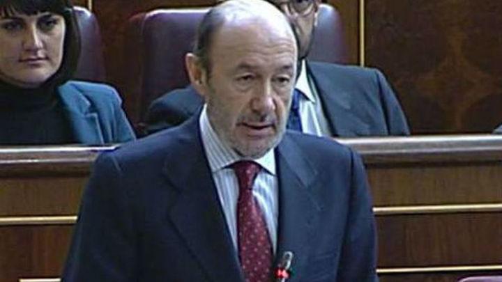 Rubalcaba exige a Rajoy que explique la 'contabilidad B' del PP y él elude el tema