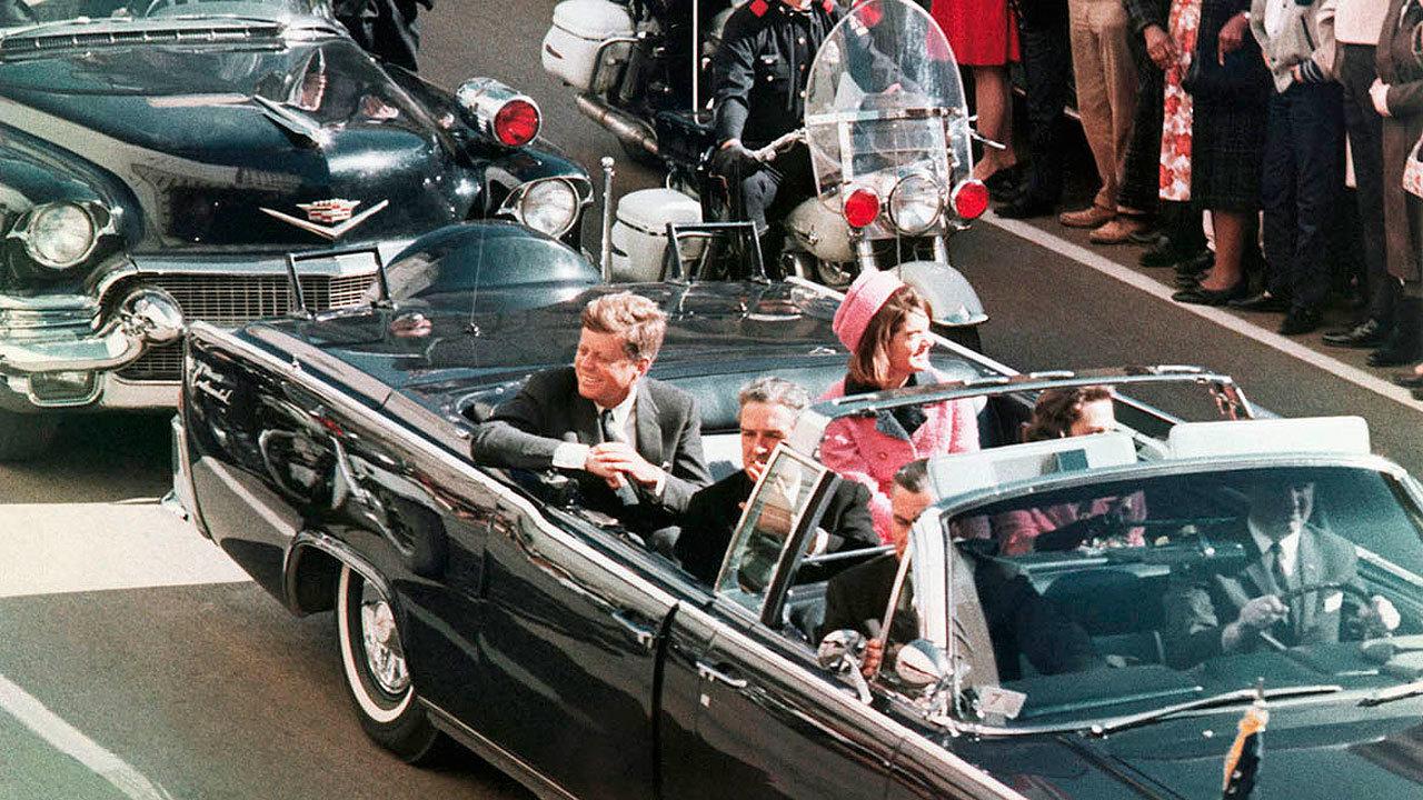 John F. Kennedy y su esposa Jacqueline, momentos antes del asesinato del presidente en Dallas en 1963