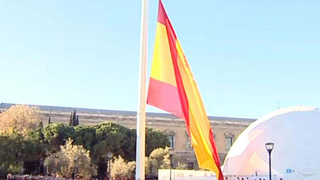 Posada y García Escudero presiden el izado de la bandera de la Plaza de Colón