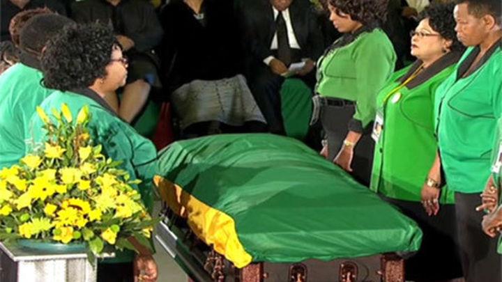 El cuerpo de Mandela, recibido con júbilo en su aldea, Qunu
