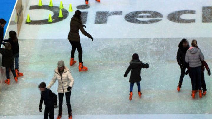 Los madrileños disfrutan de la pista de hielo del palacio de Cibeles