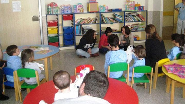 Los niños ingresados en el Infanta Leonor reciben peluches y libros donados por IKEA