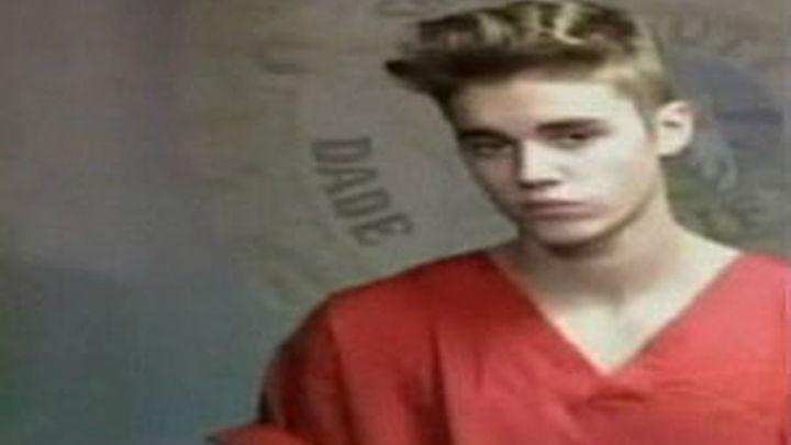 La DGT pone a Justin Bieber como mal ejemplo de  un famoso al volante