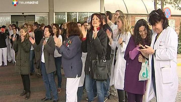 """Trabajadores sanitarios de Leganés celebran su """"victoria"""" en el Severo Ochoa con IU"""