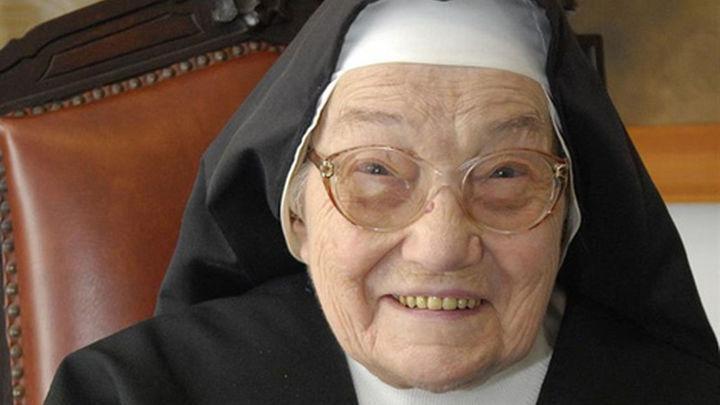 Una monja valenciana celebra sus 100 años con 97 miembros de su familia