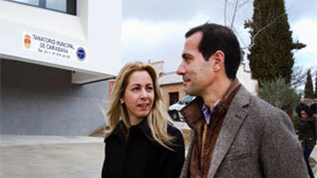 La alcaldesa de Carabaña con Salvador Victoria