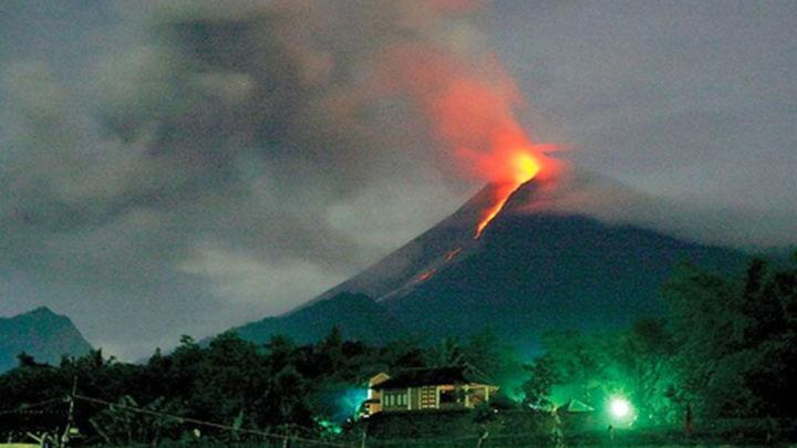 Evacuan a 100.000 personas ante la erupción del volcán Kelud en Indonesia