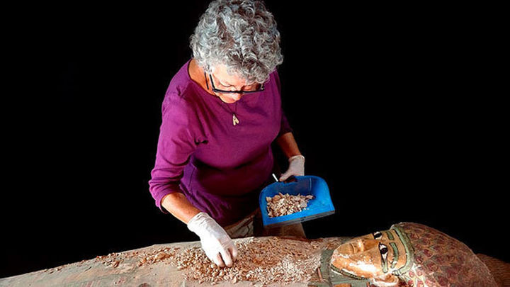 Descubren un sarcófago con una momia de hace 3.600 años en el sur de Egipto