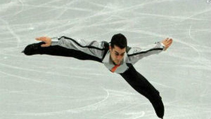 Javier Fernández, acaricia la medalla