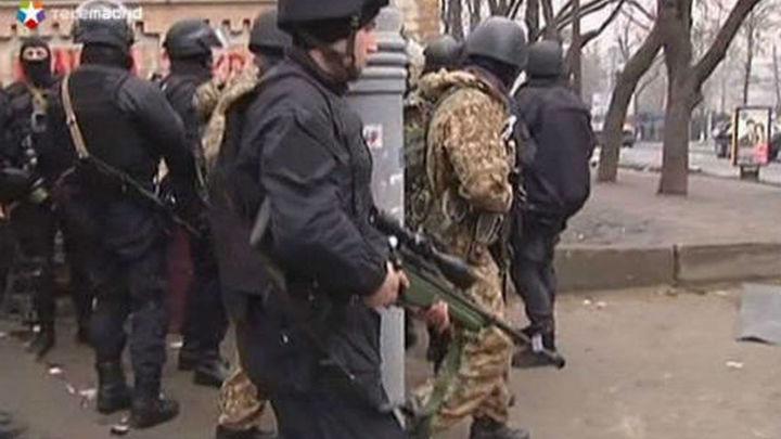 Manifestantes se enfrentan e intentan entrar en el Parlamento de Crimea
