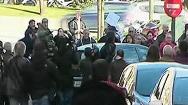 Decenas de preferentistas aporrean el coche de Blesa a su salida de la Audiencia