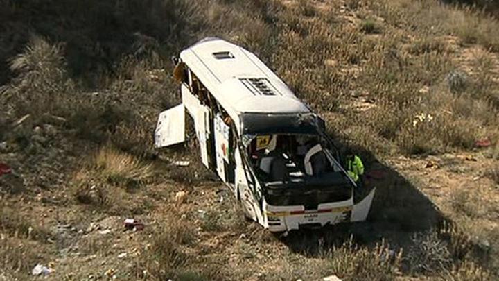 Tres heridos graves al caer un autobús escolar por un terraplén en Valencia