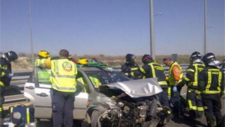 Herido moderado al chocar su coche con un camión de chatarra en la M-45