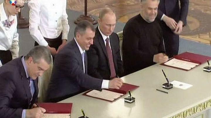 Putin y los líderes de Crimea y Sebastopol firman el acuerdo de integración