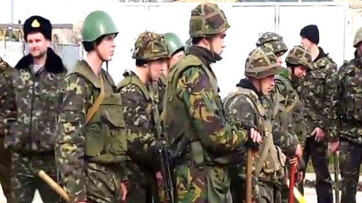Ucrania autoriza el uso de armas a sus militares en Crimea