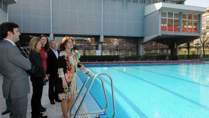 Botella visita el polideportivo La Mina en el que invertirá 242.000 euros en mejoras