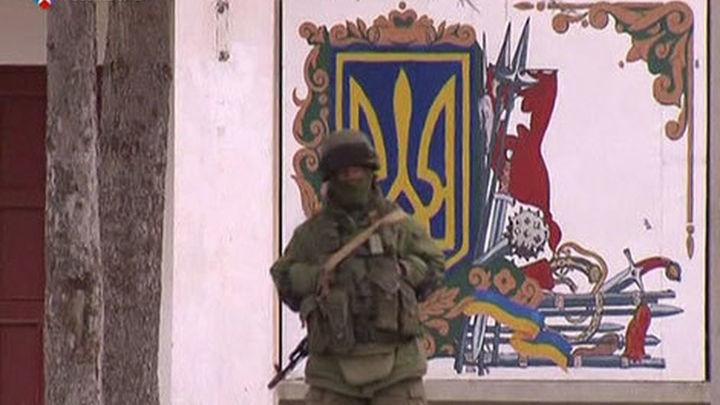 Militares ucranianos se rinden ante fuerzas rusas en el cuartel general de Sebastopol