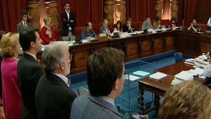 Bildu no secunda en San Sebastián un minuto de silencio por Suárez y Azkuna