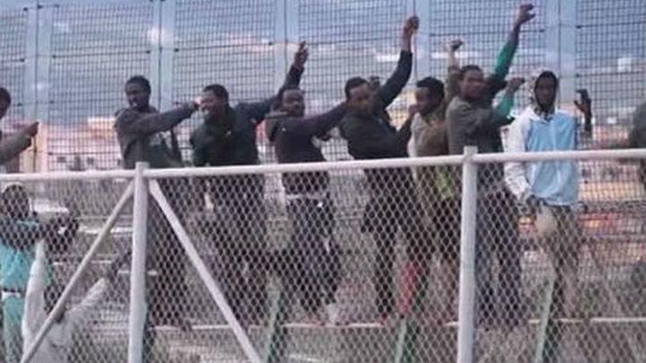Cien inmigrantes intentan entrar en Melilla y solo veinte lo consiguen