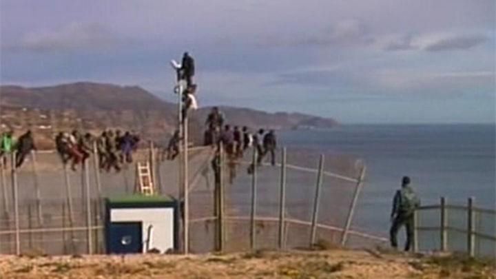 Unos 500 inmigrantes intentan saltar la valla de Melilla