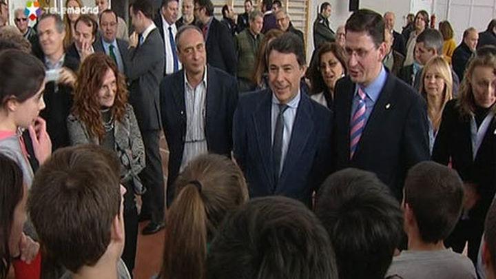 González visita el gimnasio 'Luis García Berlanga' en Guadalix de la Sierra