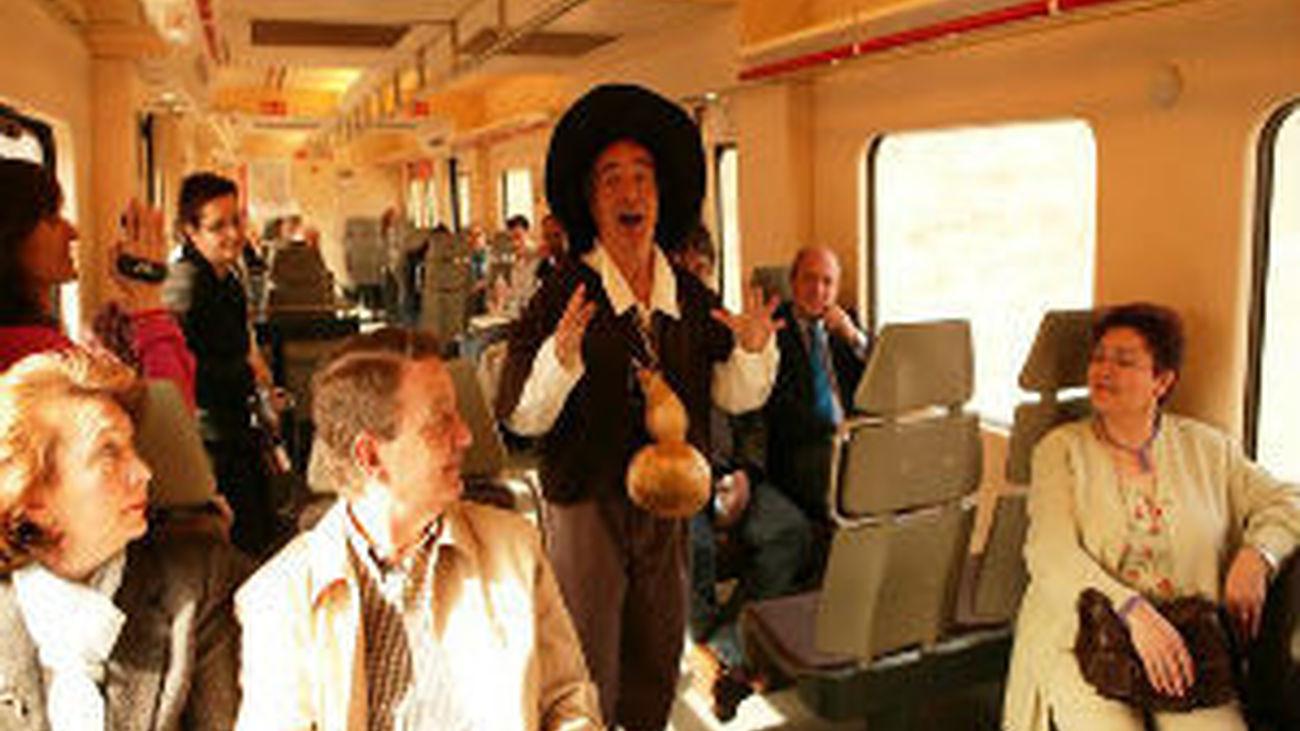 El Tren de Cervantes, que recorre el casco histórico de Alcalá, vuelve a transitar