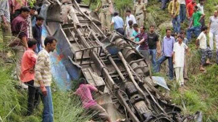 Fallecen 17 personas tras caer un autobús en India