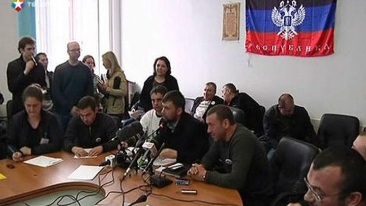 Manifestantes prorrusos refuerzan sus barricadas en la ciudad de Donetsk