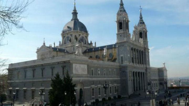 La Almudena acoge el Vía Crucis, con 14 cofradías y hermandades