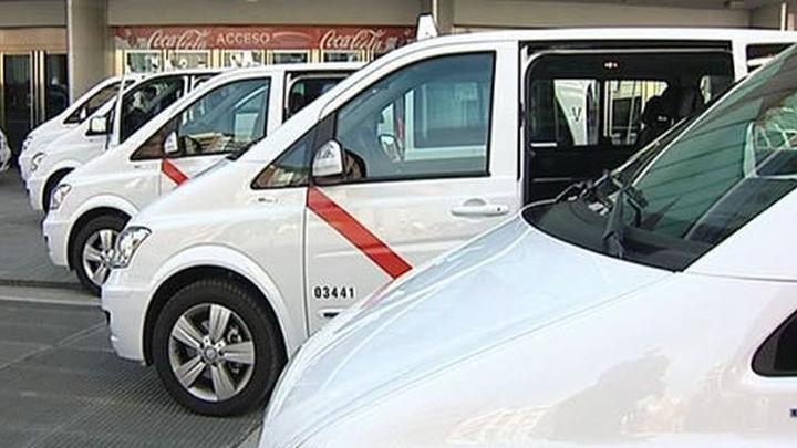 González presenta los primeros 11 taxis de hasta nueve plazas
