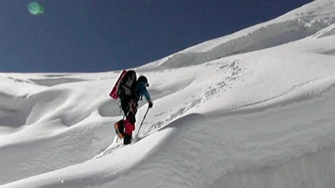 Al menos doce sherpas mueren por un alud en el Everest