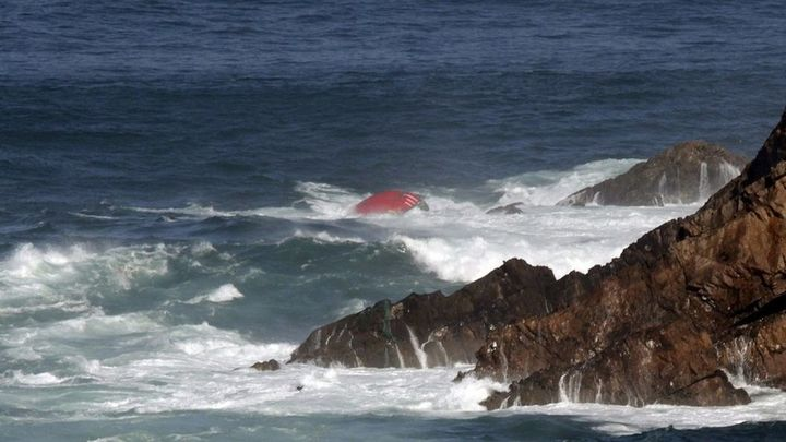 Tres marineros muertos y dos desaparecidos en un nuevo naufragio en Asturias