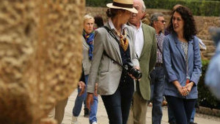 La infanta Elena visita la Alhambra como una turista más