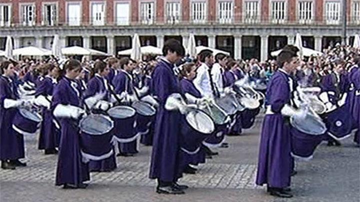 Madrid despide la Semana Santa en una multitudinaria Tamborrada