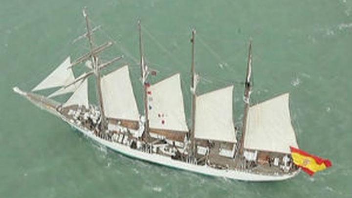 El Juan Sebastián de Elcano homenajea a Blas de Lezo en Cartagena de Indias