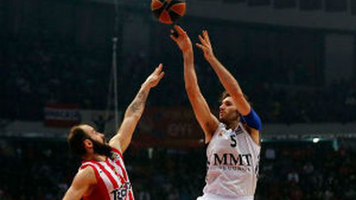 78-76. Olympiacos gana al Madrid y fuerza el cuarto partido